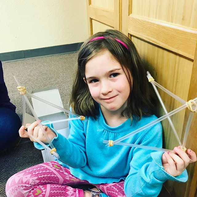 My little Engineer – building a bridge with straws and rubber bands.